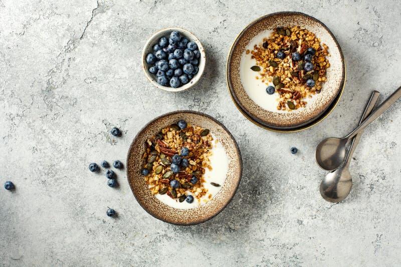 自制燕麦,配酸奶和蓝莓 免版税库存照片