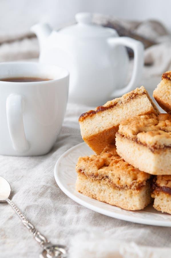 自制的苹果酱脆饼饼干 在白盘里 浅谈灰色亚麻桌布 背景是 图库摄影