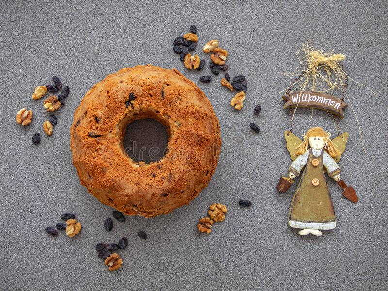 自制蛋糕配葡萄干和坚果 免版税图库摄影