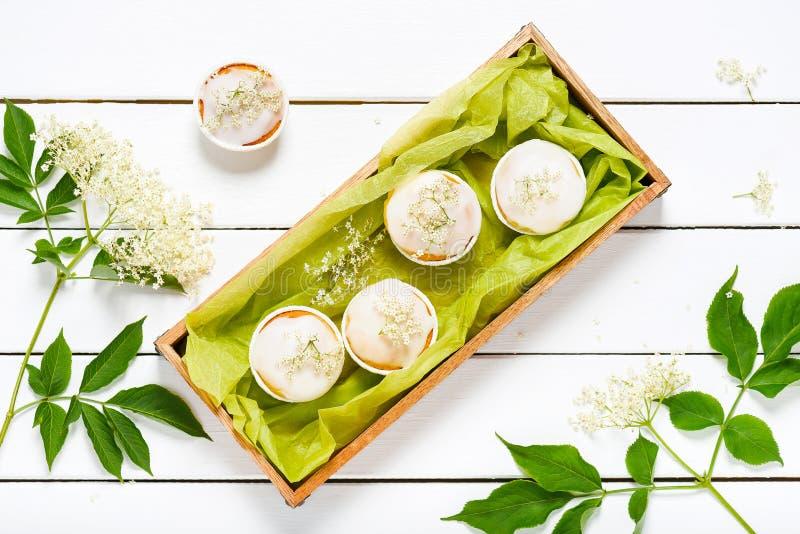 自制蜜糖霜和鲜长花的杨梅花松饼 免版税库存照片