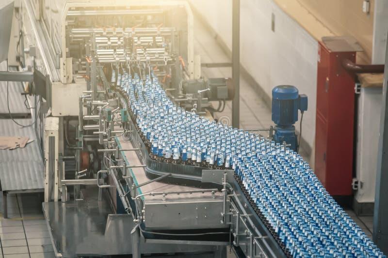 自动传动机线或传送带有玻璃瓶的在啤酒厂生产 工业啤酒装瓶的设备机械 免版税库存照片