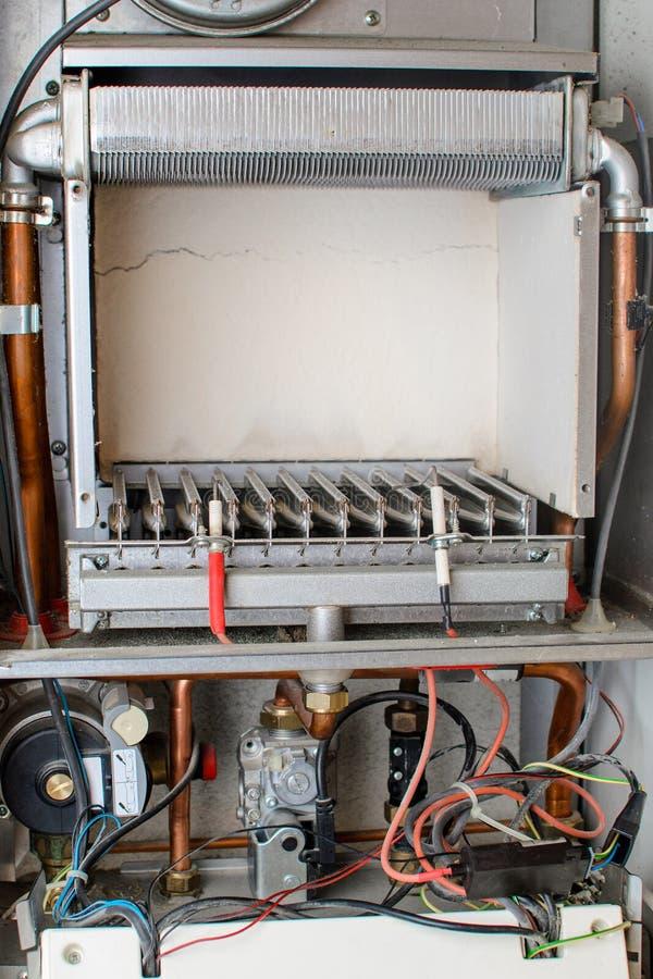 自动固定燃气锅炉的部分的内部看法 免版税库存照片
