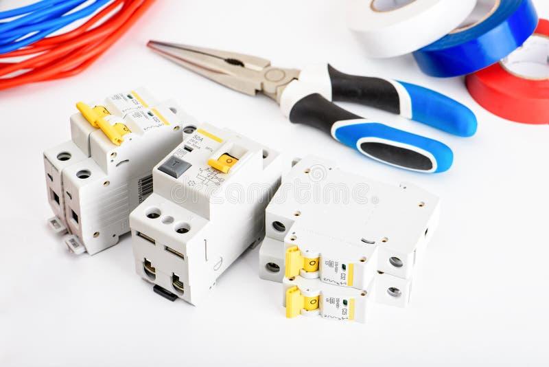 自动开关,铜单芯电缆 安全和安全电子设施的辅助部件 ? 免版税库存照片