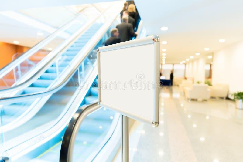 自动扶梯和人们在业务会议 库存图片