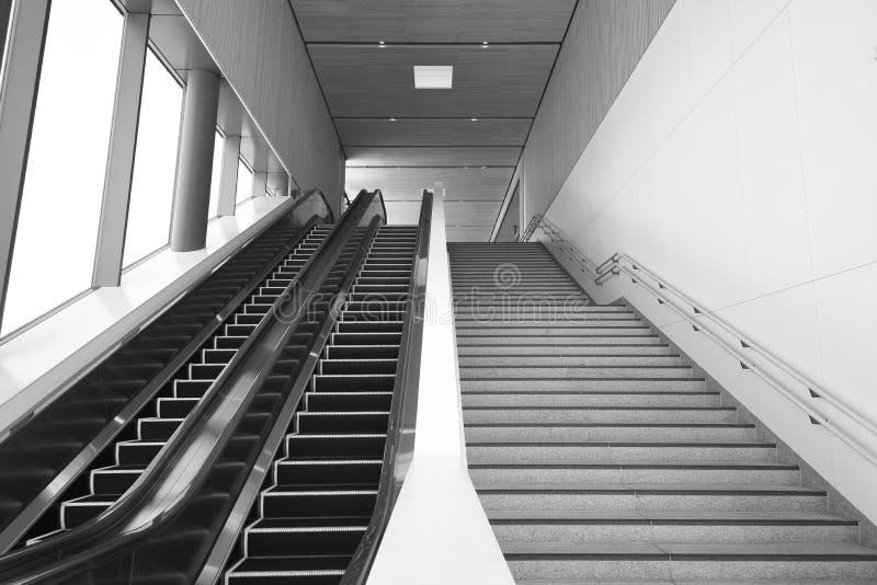 自动扶梯和楼梯 免版税库存图片