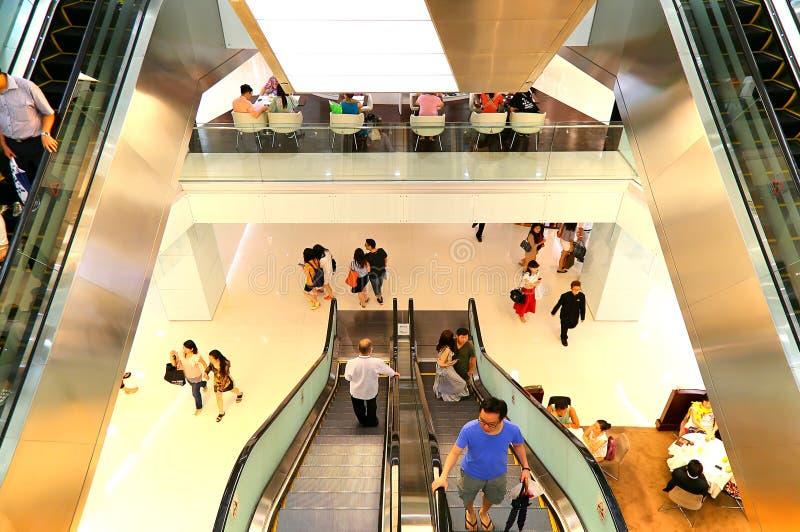 自动扶梯的人们在商城 免版税库存图片