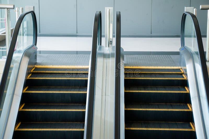 自动扶梯,黑白的楼梯,单色,抽象派 免版税库存照片
