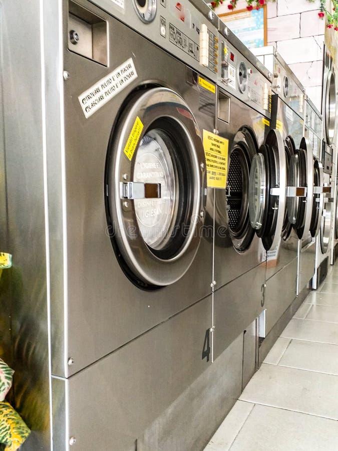 自动洗衣店 工业洗衣机的图片连续 自动洗衣机是一般到处  免版税库存图片