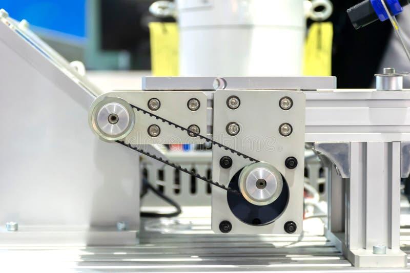 自动生产齿轮和传送带工业零件 免版税库存照片