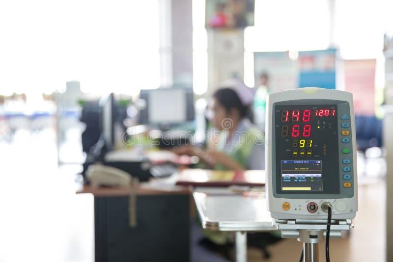 自动血压显示器在医院 免版税库存图片