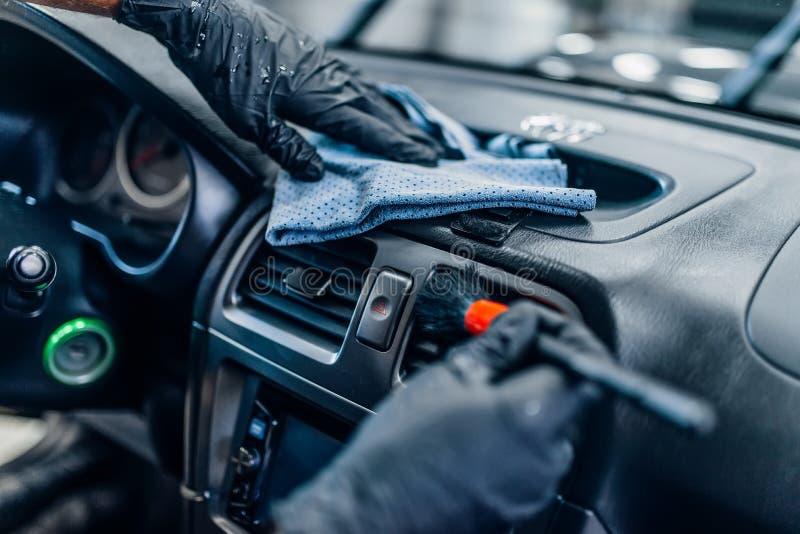 自动详述在洗车服务的汽车内部 免版税库存照片