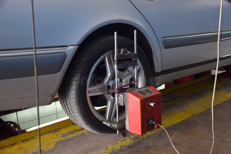 自动车轮调整机器 免版税库存图片