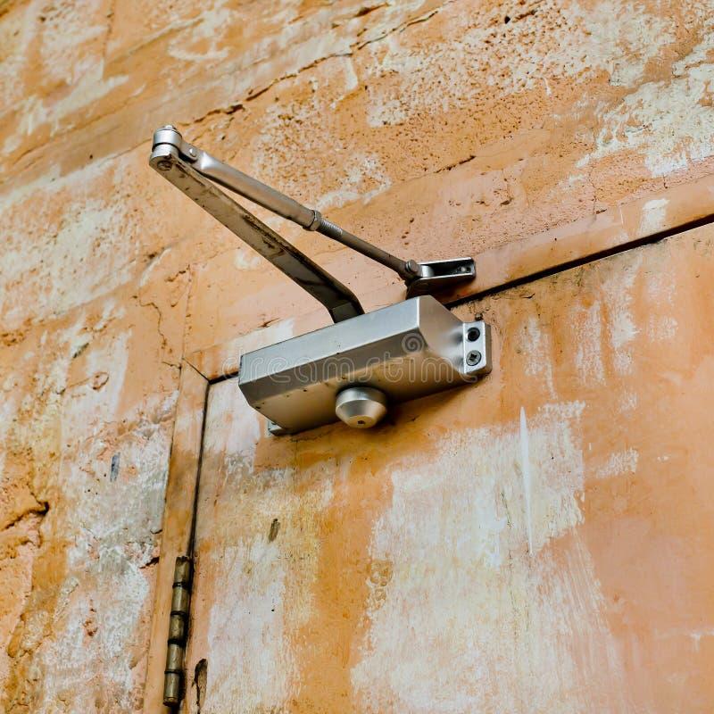 自动结束的设备与老和铁锈门a的一个门 免版税图库摄影