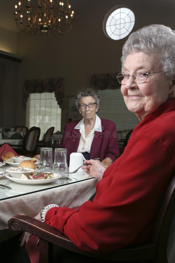 自助餐厅前辈二妇女 库存照片