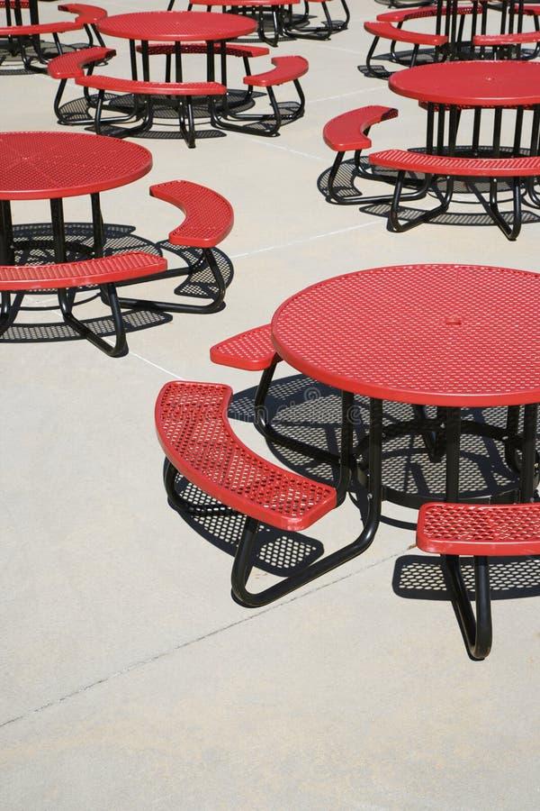 自助餐厅圆的红色表 免版税库存图片