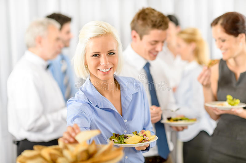 自助餐商业公司午餐微笑的妇女 免版税库存图片