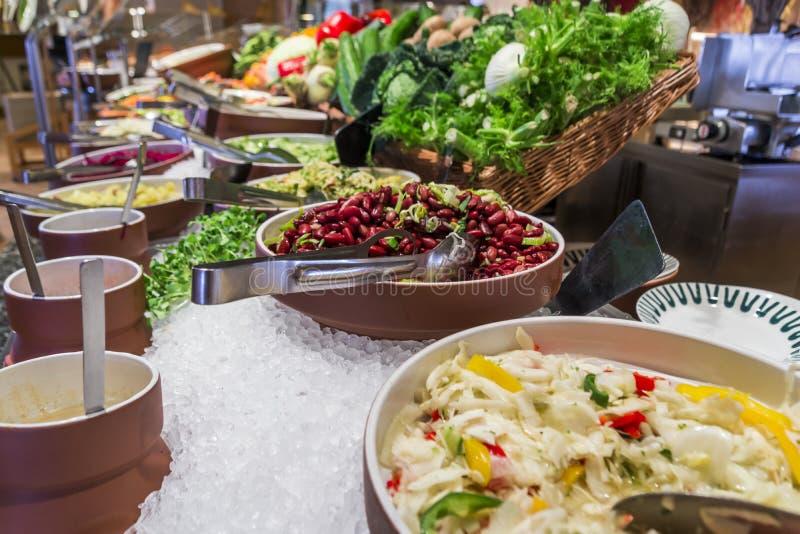 自助餐沙拉柜台在一家豪华旅馆餐馆 库存照片