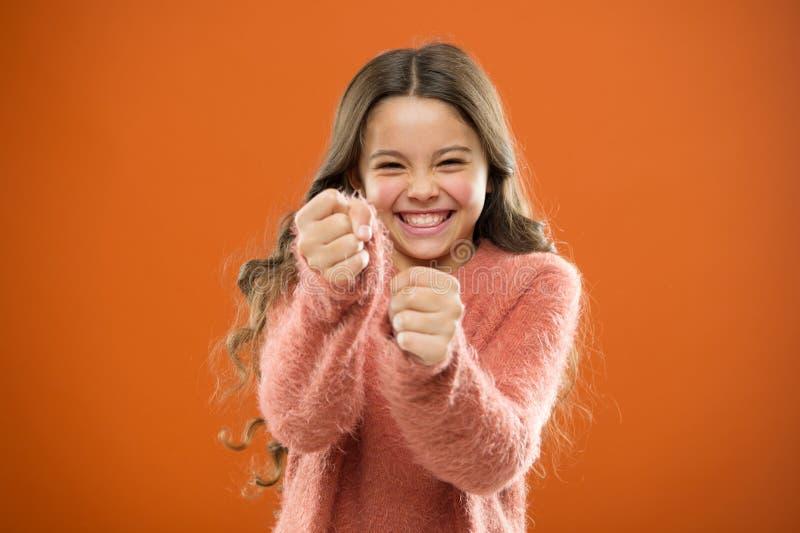 自卫战略孩子能使用反对恶霸 女孩举行拳头准备好攻击或保卫 坚强女孩的孩子逗人喜爱,但是 库存图片