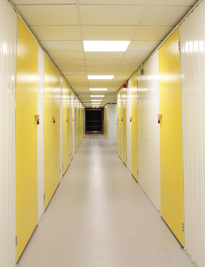 自已有黄色门的存贮走廊 免版税库存照片