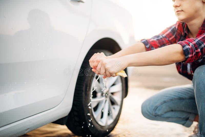 自已服务洗车的女性 免版税库存照片