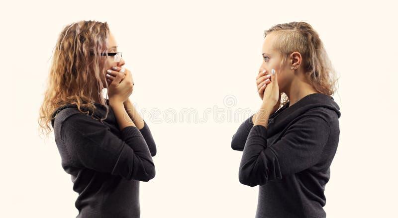 自已谈话概念 少妇谈话与她自己,显示打手势 从两张不同侧视图的双重画象 库存图片