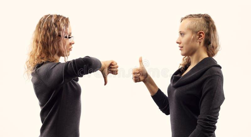 自已谈话概念 少妇谈话与她自己,显示打手势 从两张不同侧视图的双重画象 免版税库存图片