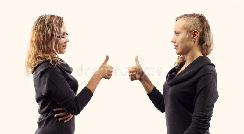 自已谈话概念 少妇谈话与她自己,显示打手势 从两张不同侧视图的双重画象 库存照片