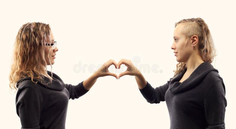 自已谈话概念 少妇谈话与她自己,显示打手势 从两张不同侧视图的双重画象 图库摄影