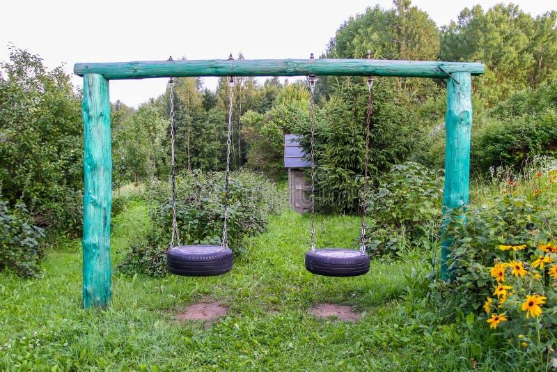 自已mades飞过做轮胎,并且金属链子在夏天从事园艺 库存图片