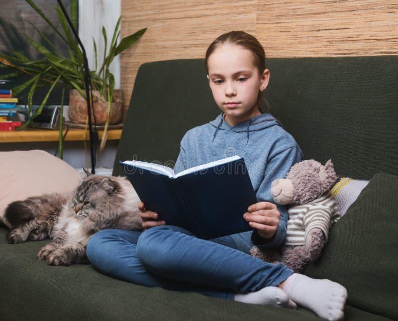 自我孤立中读书的孩子 免版税库存照片