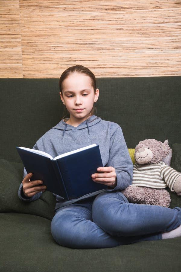 自我孤立中读书的孩子 库存图片