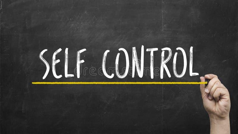自我控制概念 有黄色标志文字自我控制题字文本的手在黑板 库存照片