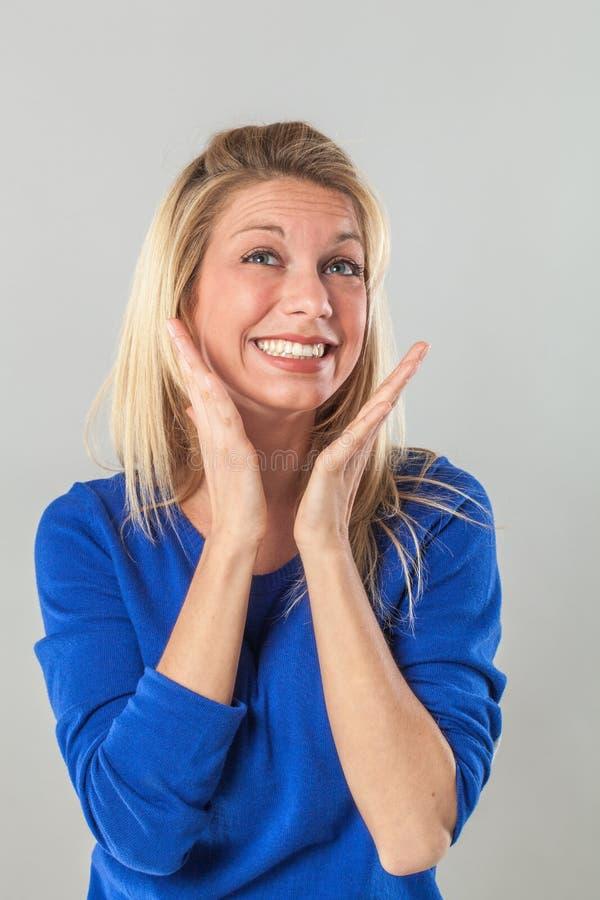 自我表达的妇女用手和暴牙的微笑 库存照片