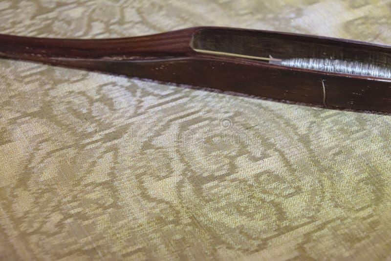 自然丝绸种田和丝绸artifac被手工造的制造  库存图片