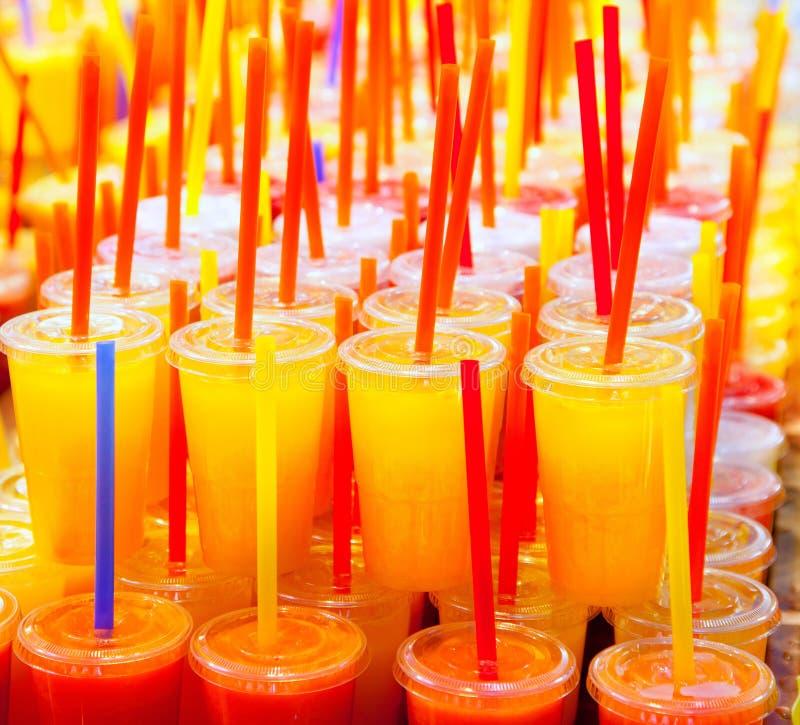自然五颜六色的新鲜水果的汁 免版税库存照片