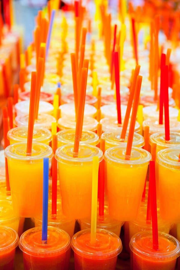 自然五颜六色的新鲜水果的汁 免版税库存图片