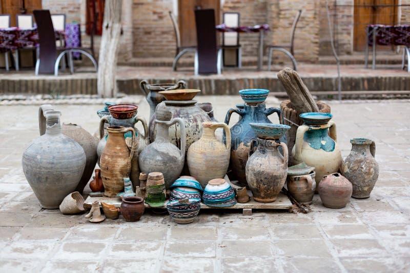 自然传统黏土瓦器美丽的老厨房器具,盘,水罐,花瓶,罐,杯子 ?? 库存照片