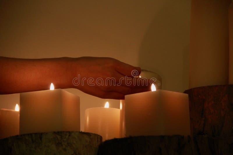 自然元素蜡烛凝思 免版税库存图片