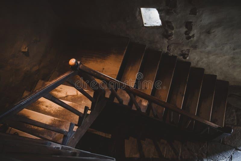 自然光点燃了有扶手栏杆的老牌木台阶在黑暗 库存图片