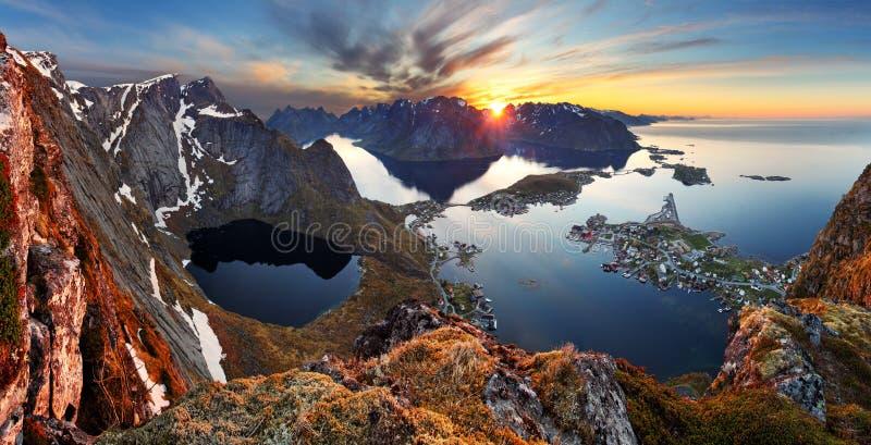 自然全景在日落,挪威的山风景 免版税库存照片
