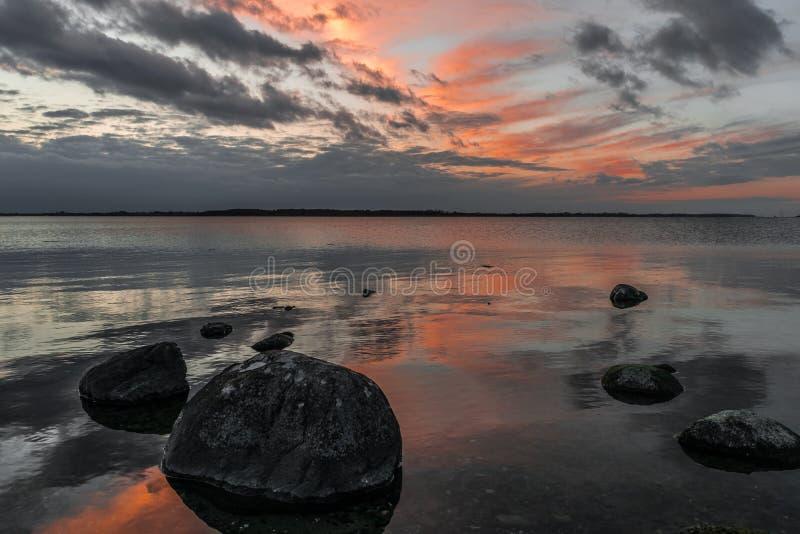 自然全景风景海湾日落在丹麦 免版税库存照片