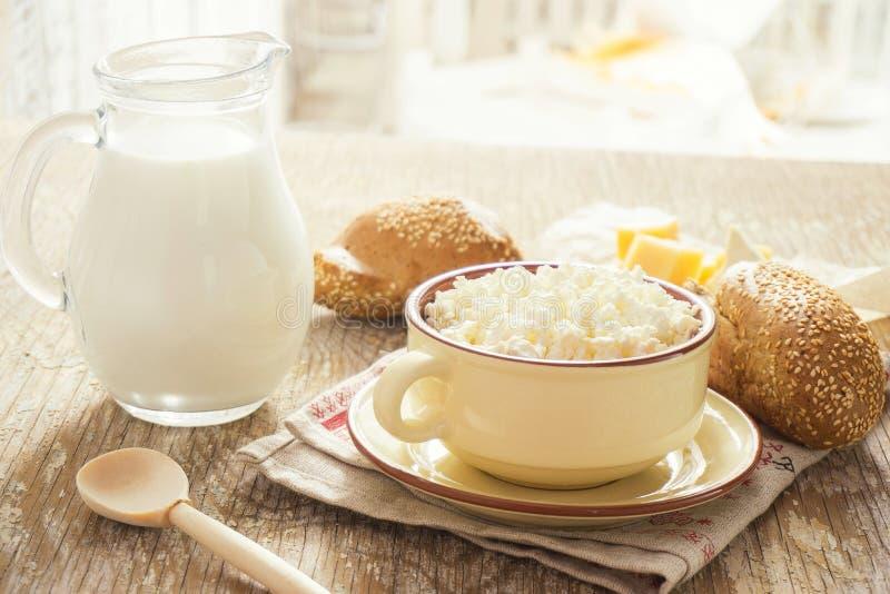 自然凝乳用牛奶和面包 免版税库存图片