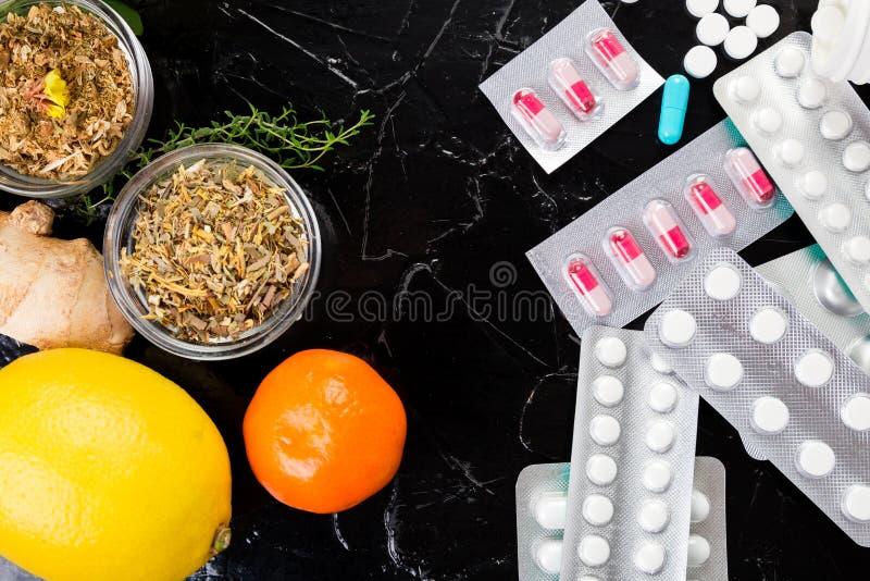 自然医学对常规医学概念 库存照片