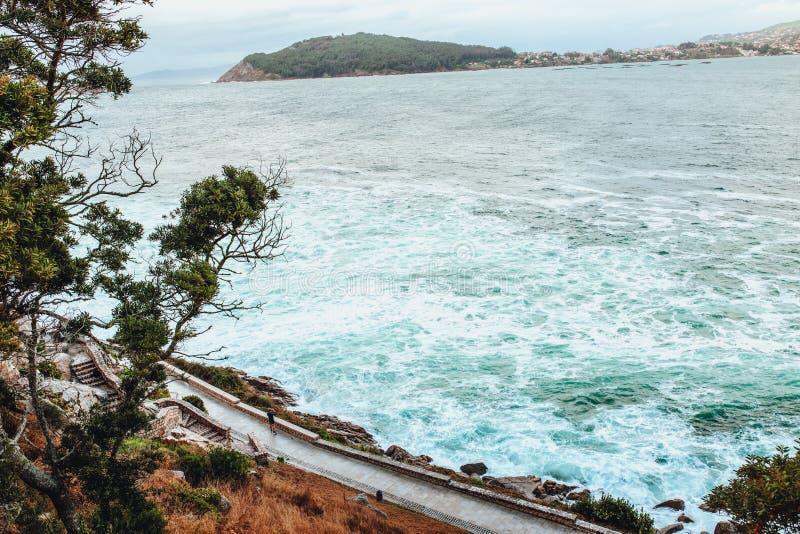 自然和海â€从Parador de拜奥纳,蓬特韦德拉,西班牙的‹视图 库存照片