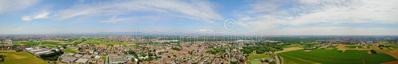 自然和风景,索拉罗,米兰的自治市:领域、房子和家的鸟瞰图 意大利 免版税库存图片