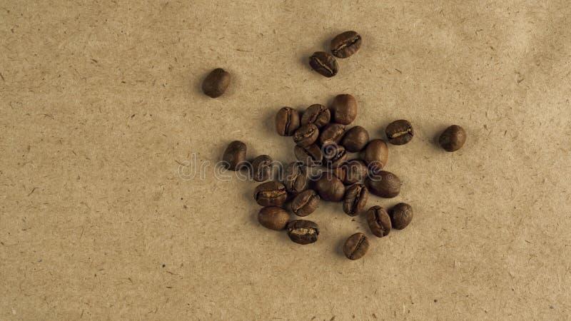 自然咖啡豆在粗糙的纸的 库存图片