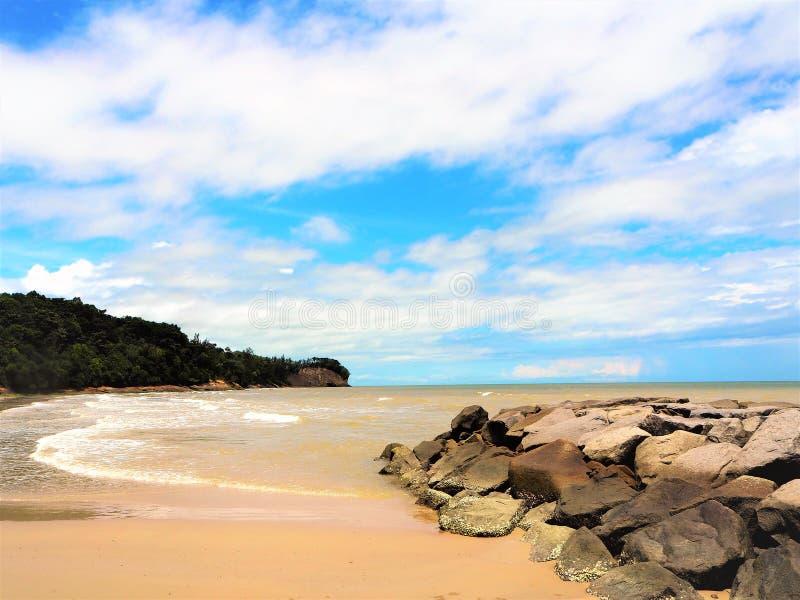 自然在丹戎Lobang海湾米里沙捞越马来西亚的海边视图 免版税库存图片