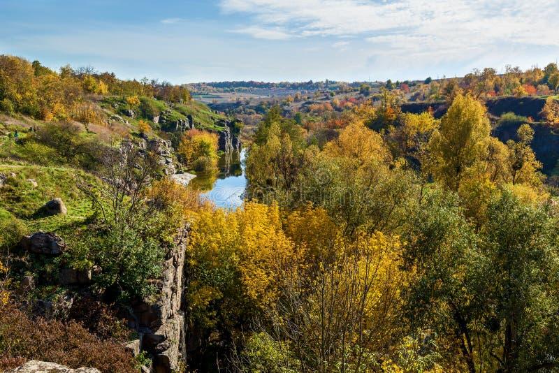 自然在山毛榉峡谷的秋天,乌克兰 有趣的地方和旅行在乌克兰 山Tikich河注入 库存照片