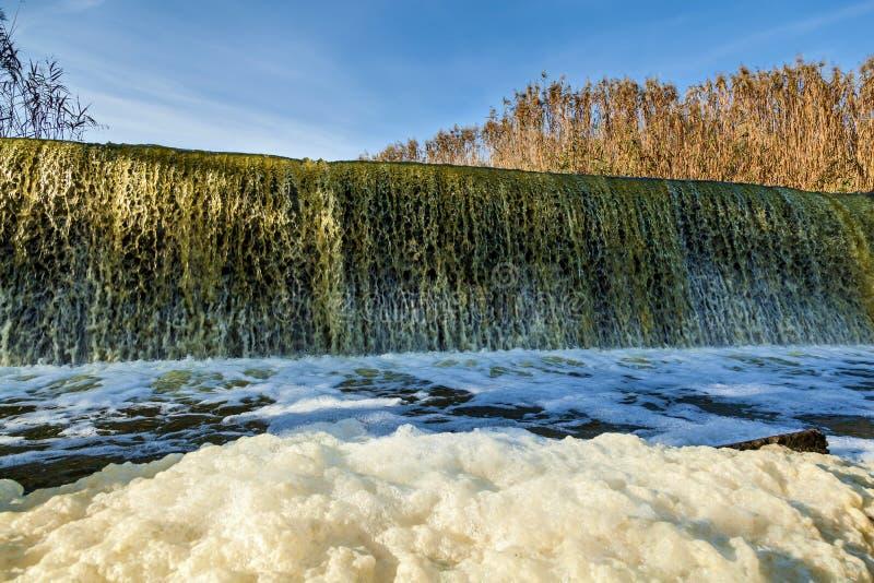 自然在山毛榉峡谷的秋天,乌克兰 有趣的地方和旅行在乌克兰 山Tikich河注入 免版税库存照片