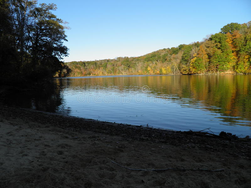 自然在日落的湖边视图 库存照片